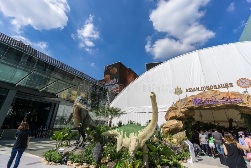 Бангкок, Таиланд - 29-ое ноября 2015: Динозавры внешней выставки азиатские перед парагоном Сиама (роскошных магазинов на th стоковое изображение rf