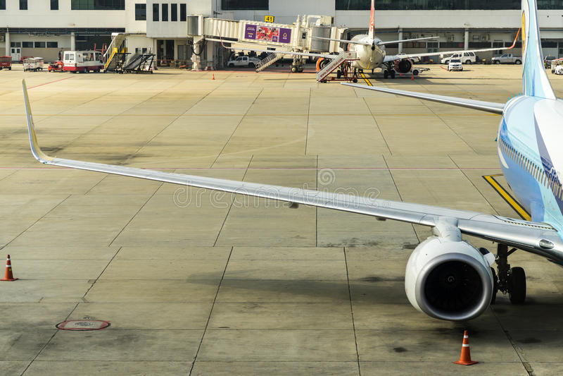 Бангкок, Таиланд - 29-ое октября 2015: Самолеты на стержне международного аэропорта Дон Mueang (DMK) стоковые изображения