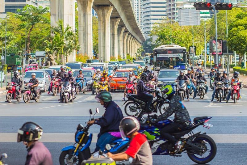 Бангкок, Таиланд - 21-ое февраля 2017: Тяжело затор движения на Th стоковые фотографии rf