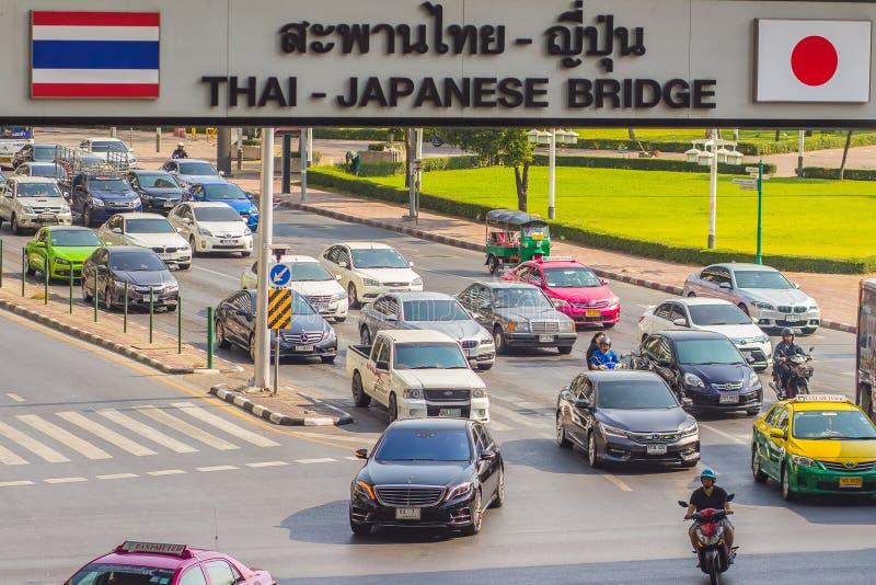 Бангкок, Таиланд - 21-ое февраля 2017: Тяжело затор движения на Th стоковая фотография