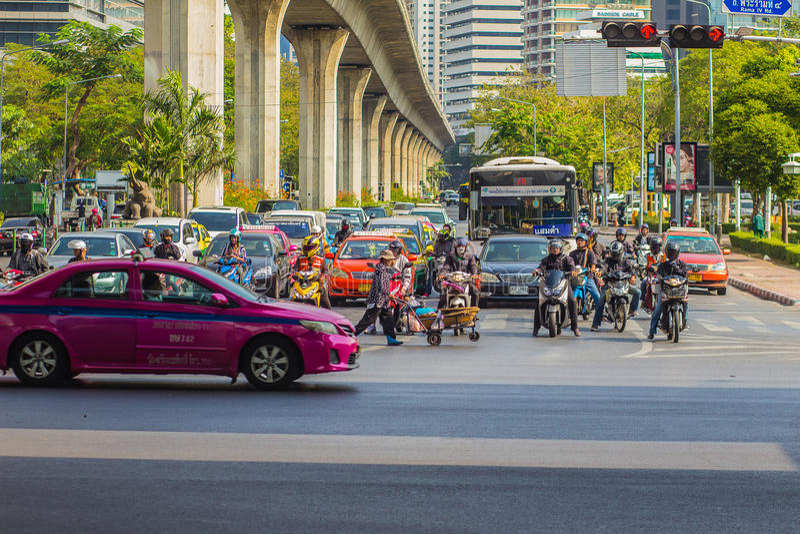 Бангкок, Таиланд - 21-ое февраля 2017: Тяжело затор движения на Th стоковые изображения