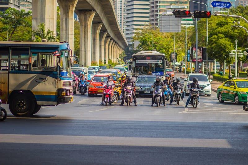 Бангкок, Таиланд - 21-ое февраля 2017: Тяжело затор движения на Th стоковое изображение rf