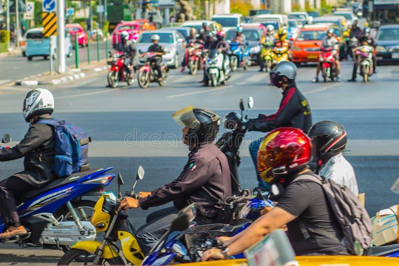 Бангкок, Таиланд - 21-ое февраля 2017: Тяжело затор движения на Th стоковые изображения rf