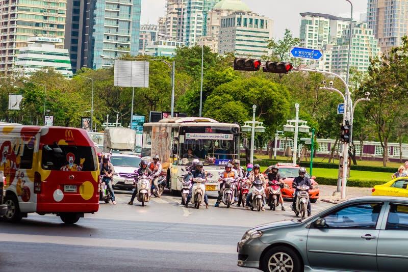 Бангкок, Таиланд - 22-ое февраля 2017: Тяжело затор движения на Th стоковые изображения