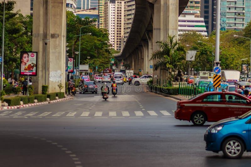 Бангкок, Таиланд - 22-ое февраля 2017: Тяжело затор движения на Th стоковая фотография