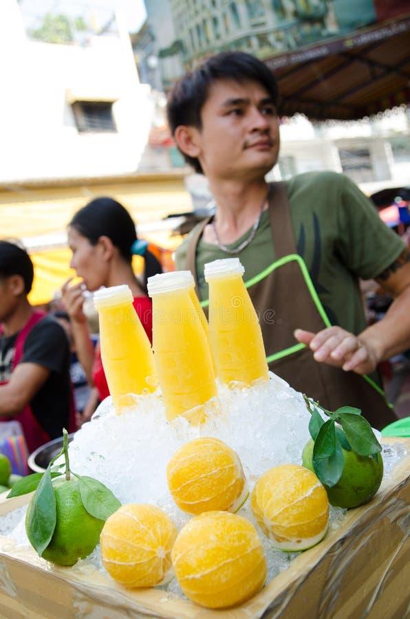 Бангкок, Таиланд: Человек продавая апельсиновый сок стоковые изображения