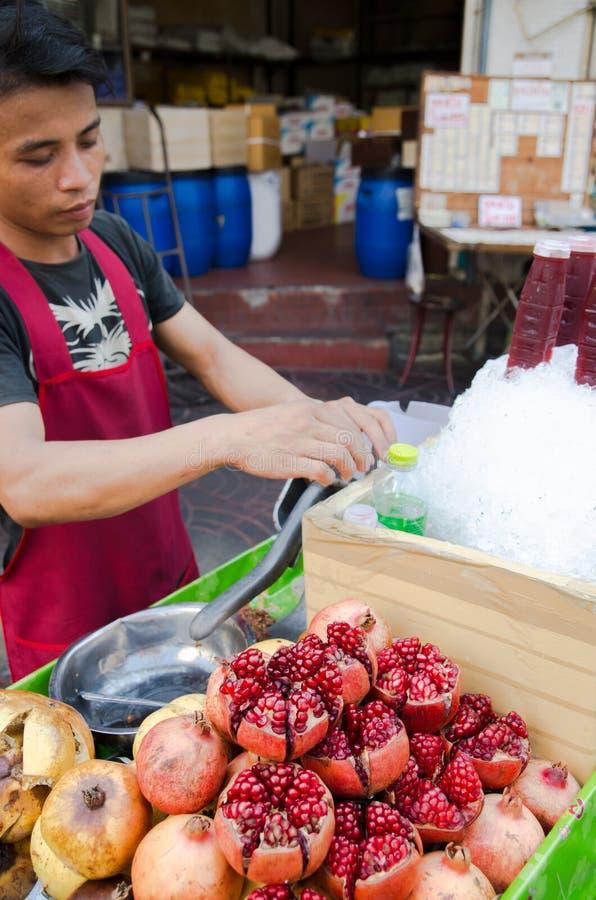 Бангкок, Таиланд: Человек продавая сок гранатовых деревьев стоковая фотография rf