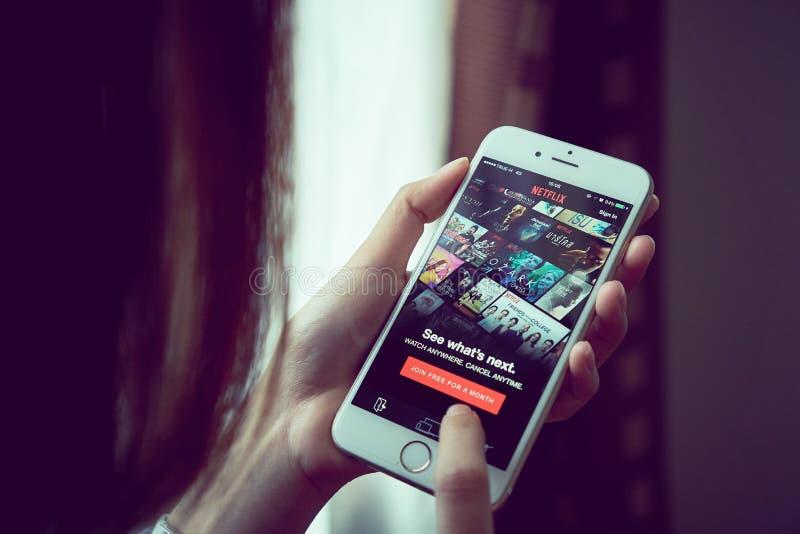 Бангкок, Таиланд - 23-ье августа 2017: Netflix app на умном экране телефона Netflix международное ведущее обслуживание подписки стоковое изображение rf
