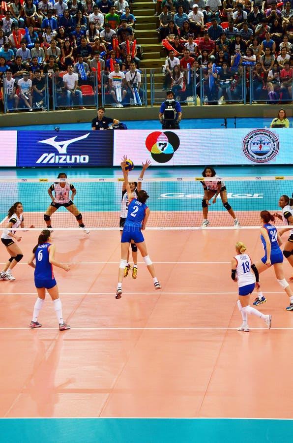 Бангкок, Таиланд - 3-ье июля 2015: Drpa #2 шипов Сербии во время мира Grand Prix волейбола FIVB стоковая фотография rf