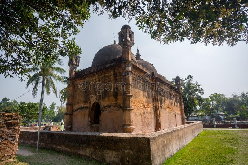 Бангладеш - 2 марта 2019 года: Вид на мечеть Наябад, расположенная в деревне Наябад в Кахароле (подокруг Динаджпур) стоковая фотография rf