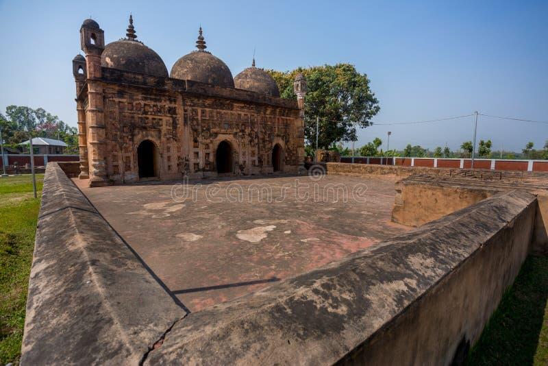 Бангладеш - 2 марта 2019 года: Широкоугольный вид на мечеть Наябад расположен в деревне Наябад в Кахароле (подокруг Динаджпур) стоковые изображения rf