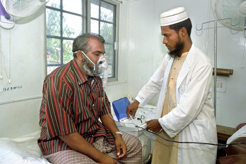 Бангладешский доктор работая в больнице с пациентом стоковая фотография