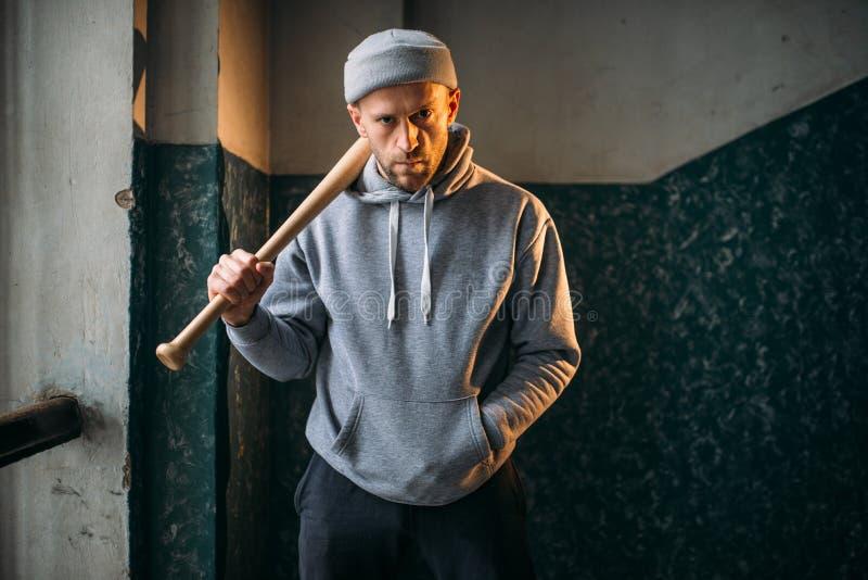 Бандит при бейсбольная бита стоя в входе стоковые фото
