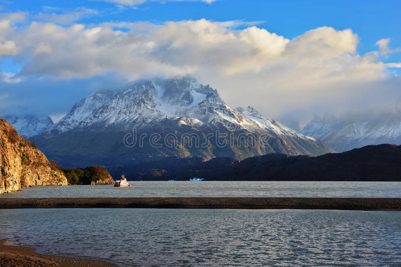 банками красного туристского корабля плавает стоковое изображение