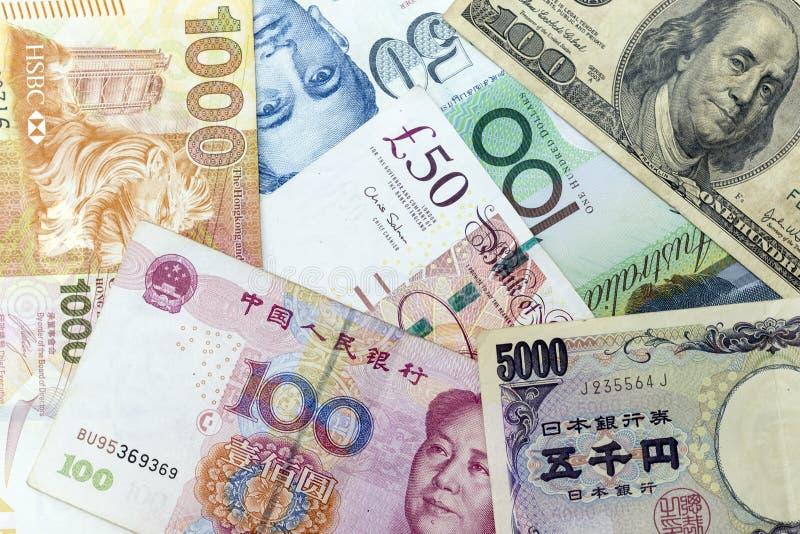 Банкноты валюты распространили через рамку включая валюты майора мира стоковое изображение