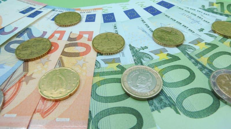 Банкноты евро и монетки EUR стоковые фотографии rf