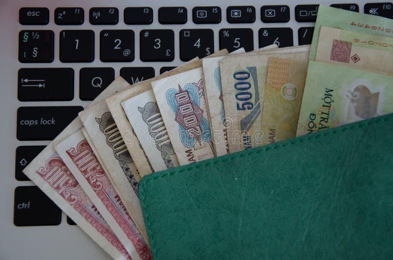 Банкноты на черной клавиатуре стоковые фото