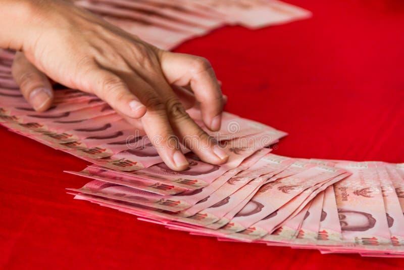 Банкноты Таиланда украшают для свадебной церемонии в тайской культуре стоковые фотографии rf