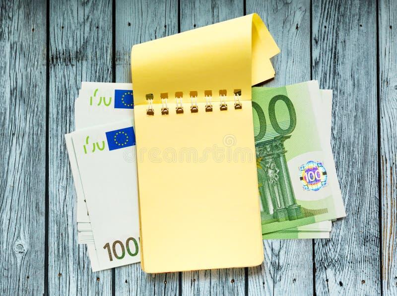 100 банкнот евро и желтого блокнот стоковое изображение rf