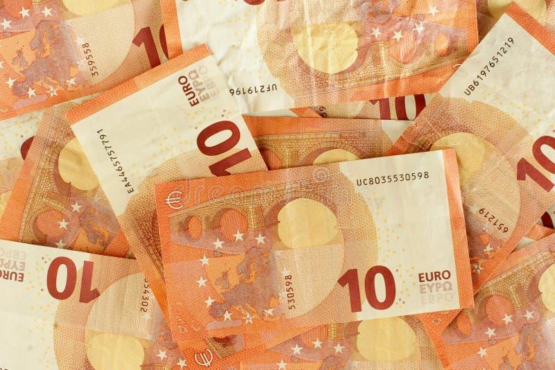10 банкнот евро разбросали крупный план стоковое фото