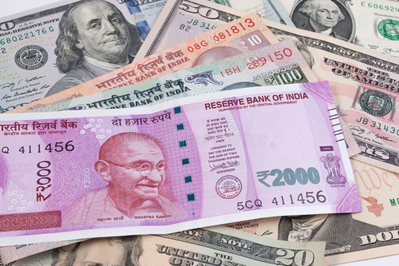 Download 2000 банкнот рупии над банкнотой доллара США Стоковое Изображение - изображение насчитывающей примечание, финансовохозяйственно: 81811331