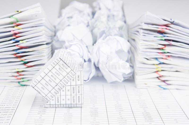 Банкротство дома имеет группу в составе бумажный шарик между обработкой документов стоковая фотография rf