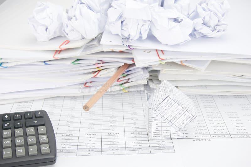 Банкротство дома имеет дно карандаша с бумажным шариком стоковое фото rf