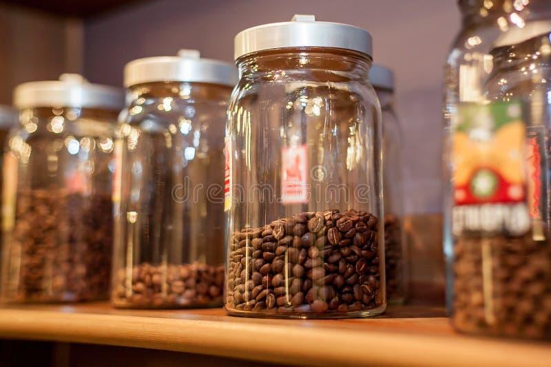 Банкы с кофе стоковые изображения