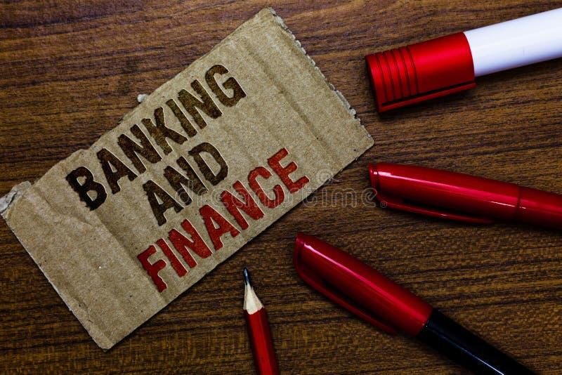 Банк и финансы текста сочинительства слова Концепция дела для объяснения и интересы денег запасов реальностей пишут мам доски кры стоковая фотография rf