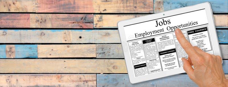 Баннер Онлайн поиск работы Рука с компьютерным планшетом чтения объявлений о занятости на столе стоковые изображения rf