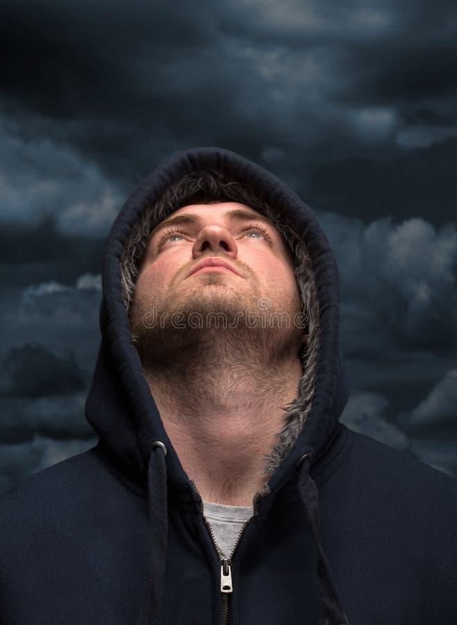 Бандит смотря к темному небу стоковое фото rf