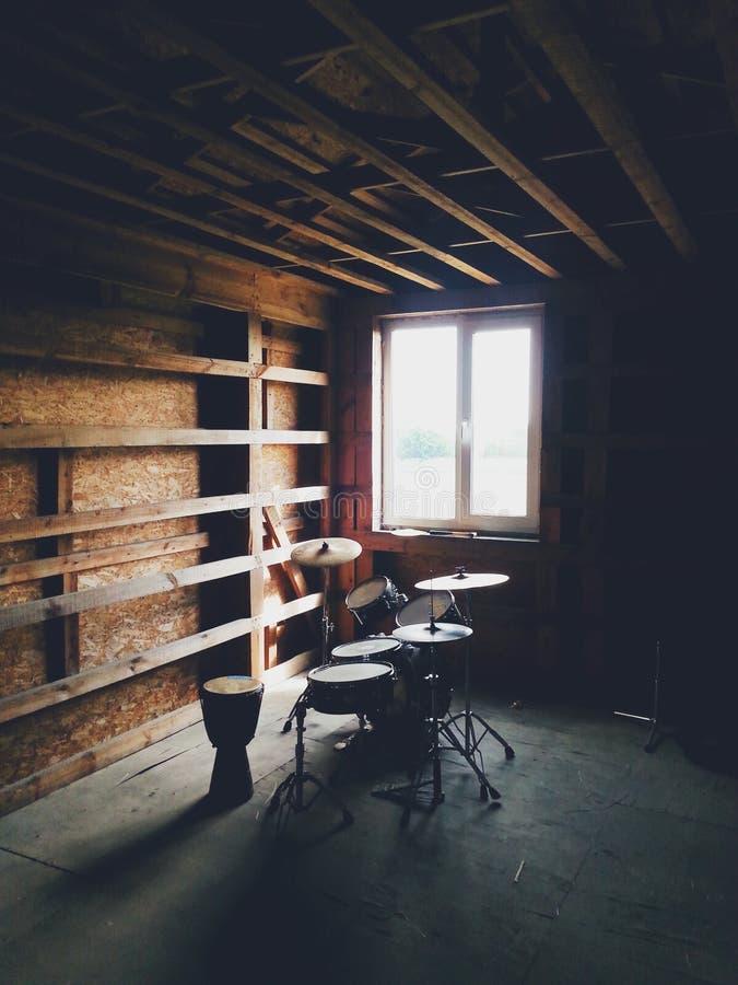 Барабанчики в старом деревянном доме стоковые фотографии rf