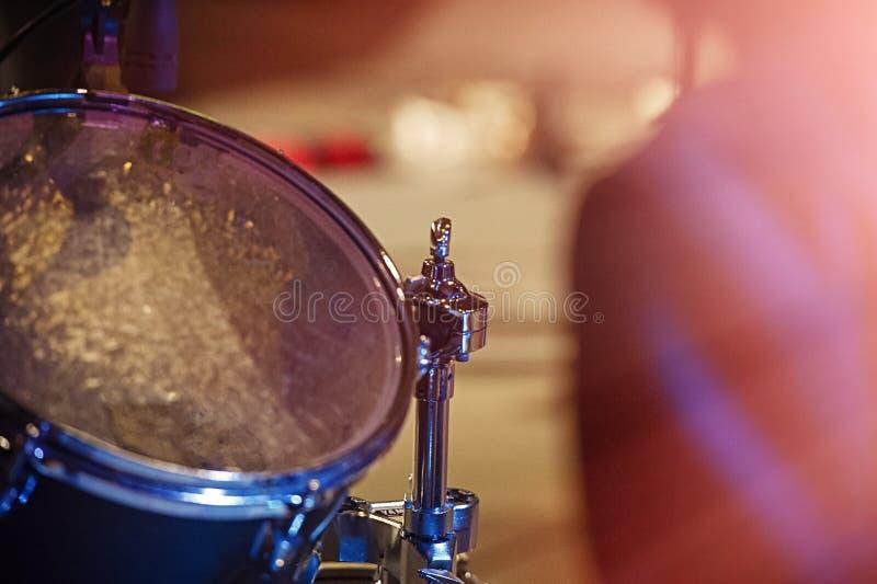 Барабанчики и цимбалы, концерт представления концерта, селективный фокус стоковые фото