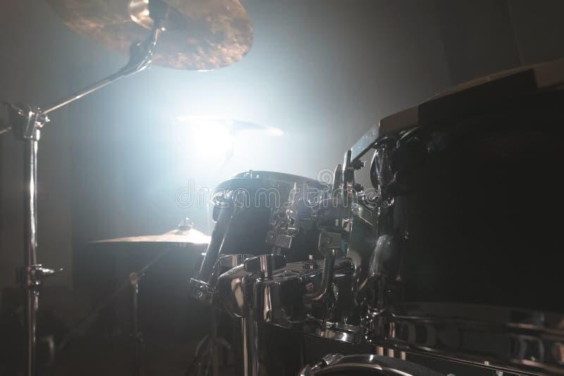 Барабанчики конца-вверх черные современный набор барабанчика подготовленный для игры в темной комнате репетиции на этапе с яркой  стоковые фотографии rf