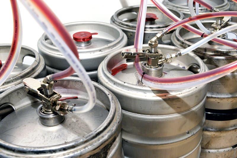 Барабанчики металла заполнили с пивом проекта в винодельне стоковая фотография