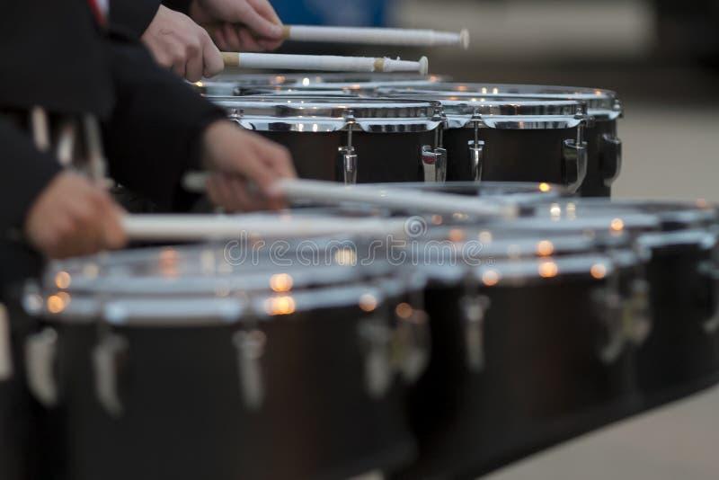 2 барабанщика тенет нагревая перед представлением диапазонов стоковое изображение rf
