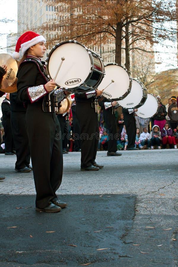 Барабанщики военного оркестра басовые выполняют в параде рождества Атланты стоковое фото