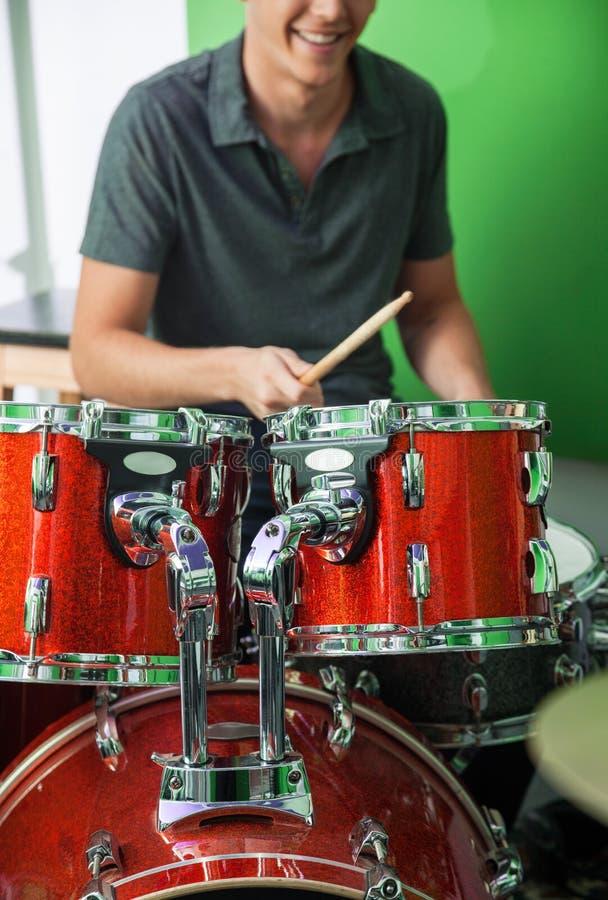 Барабанщик выполняя в студии звукозаписи стоковые фото