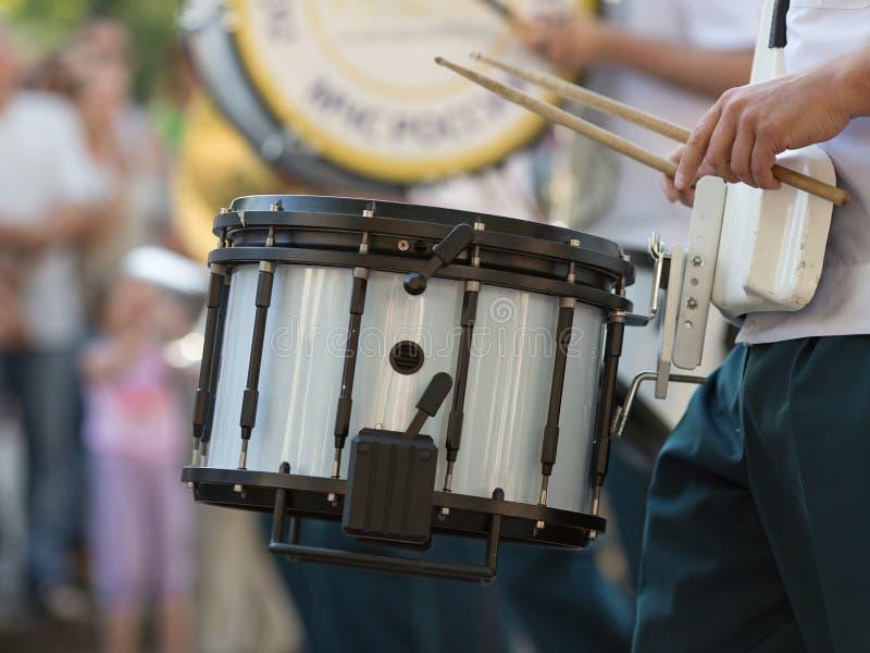 Барабанщик в военном оркестре стоковое фото