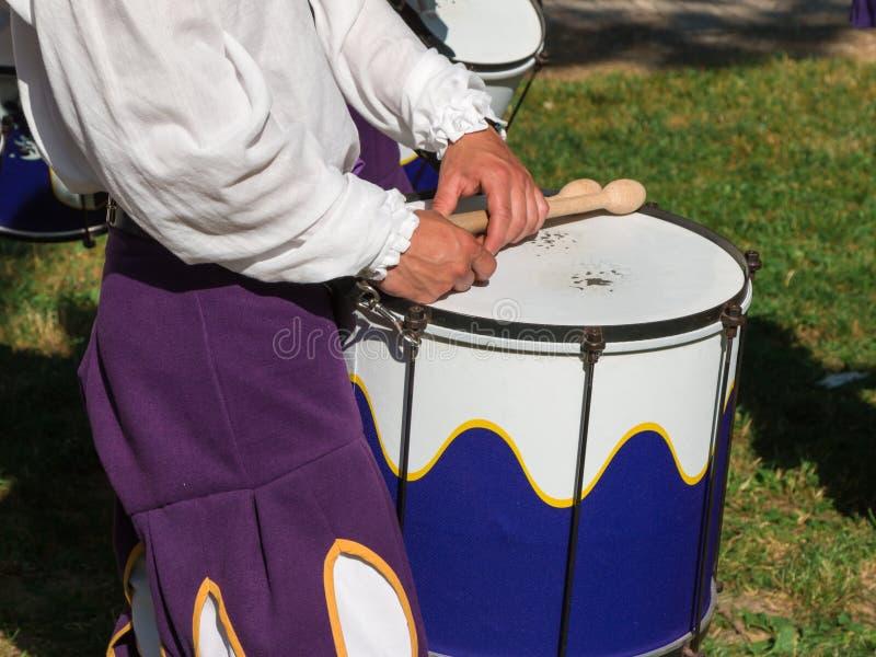 Барабанщик в равномерном играя барабанчике тенет стоковые фотографии rf