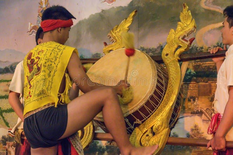 Барабанщик в фольклорной выставке, Таиланд стоковая фотография rf
