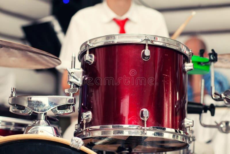 Барабанщик играет аппаратуру стоковые изображения