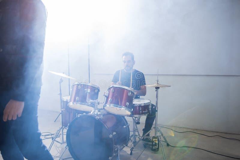 Барабанщик играя барабанчики на этапе стоковые изображения