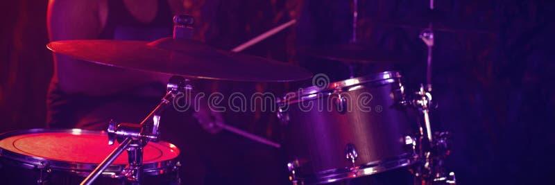 Барабанщик играя барабанчик стоковые фото