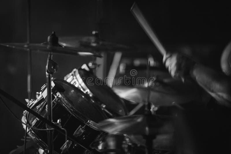 Барабанщик играя в рок-концерте стоковые фото