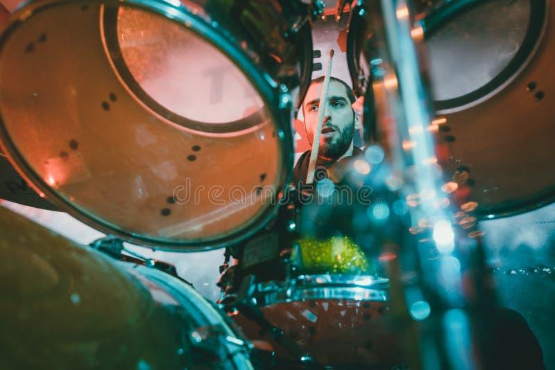 Барабанщик играя его барабанчик на этапе во время двуколки стоковое фото