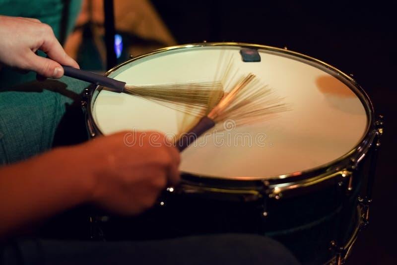 Барабанщик играя на барабанчике тенет стоковые изображения rf
