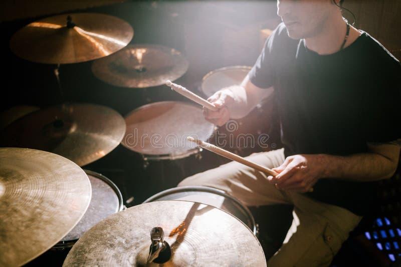 Барабанщик играя на комплекте барабанчика стоковые изображения