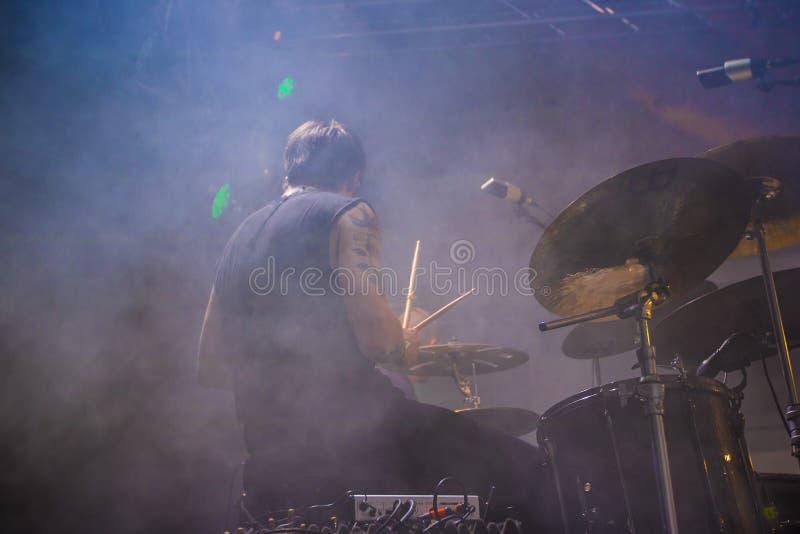 Барабанщик играя на этапе на концерте в реальном маштабе времени стоковое фото rf