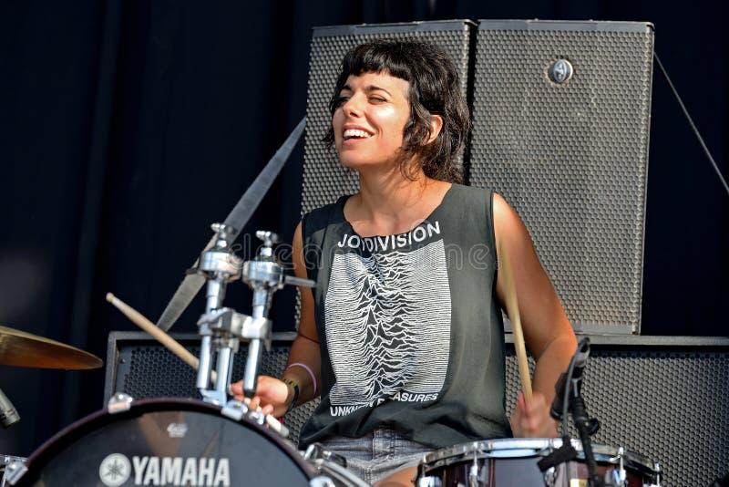 Барабанщик и певица El Pardo (диапазона) выполняют с рубашкой разделения утехи стоковые изображения